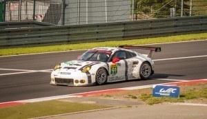 Manthey Porsche Nr 91 vor der Bilstein Tribüne WEC 2015