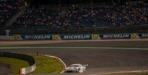Manthey Porsche Nr 92 vor voller Mercedes Tribüne
