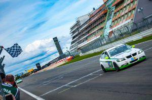 Manheller Racing BMW 325i auf der Ziellinie beim N24h-Qualifikationsrennen 2018