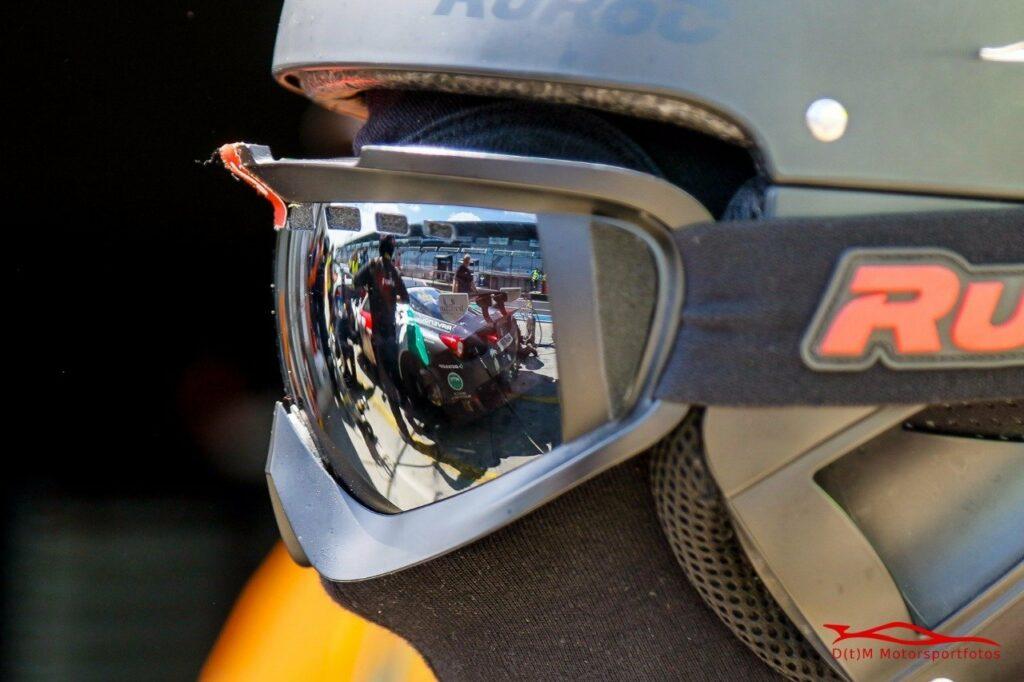 Reflexionen und Spiegelungen Mechaniker 2 am Nürburgring