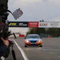Adrenalin Motorsport BMW 235i mit Zielflagge