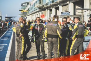 Teambesprechung bei Rowe Racing
