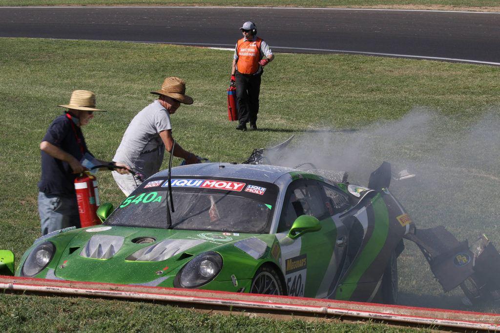 Feuerwehr Fans in Bathurst löschen den Black Swan Porsche 911 GT3R von Tim Pappas