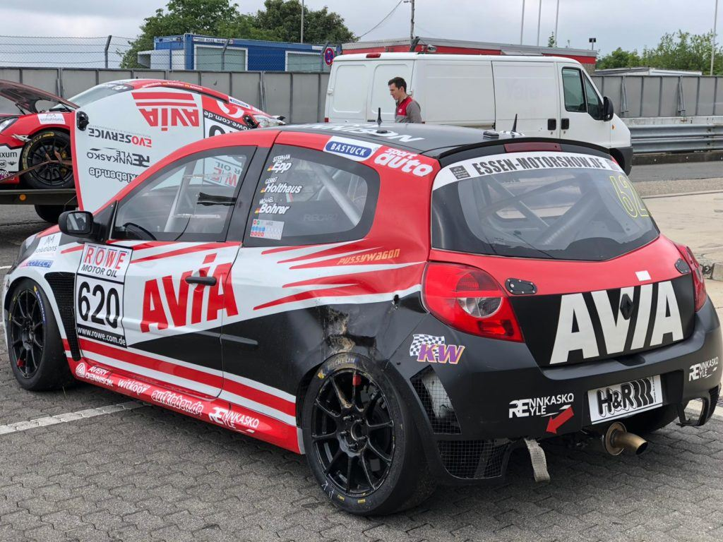 AVIA racing Renault Clio nach dem Crash. Bestandsaufnahme - VLN 4 Nürburgring