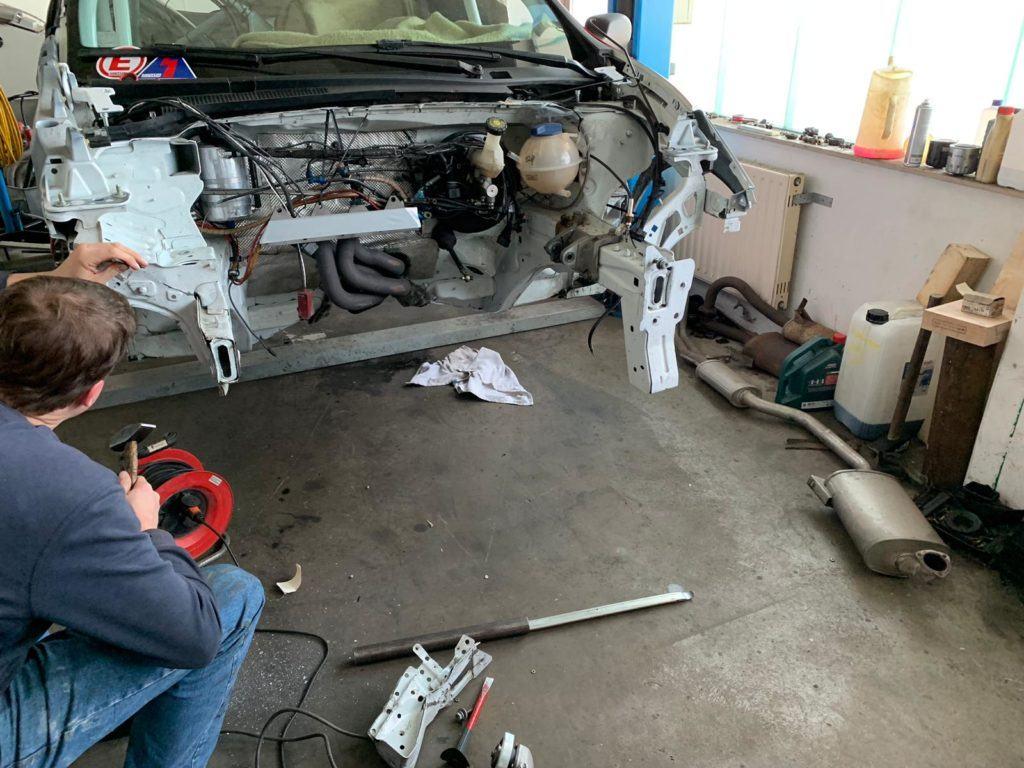 AVIA racing Renault Clio nach dem Crash. Bereits am Sonntag nach dem Rennen wurde repariert
