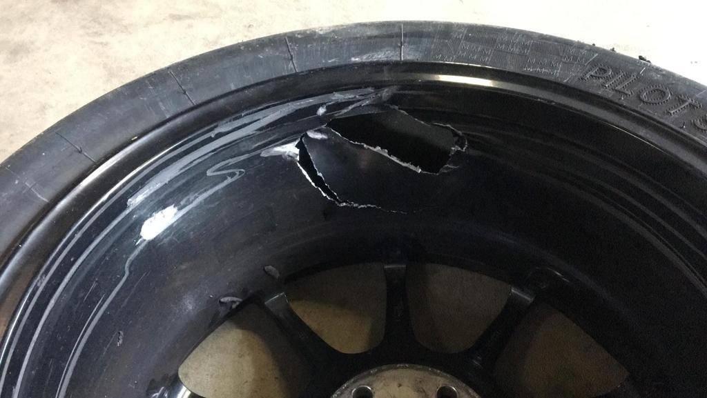 AVIA racing Renault Clio nach dem Crash. Auch die Felge wurde schwer getroffen