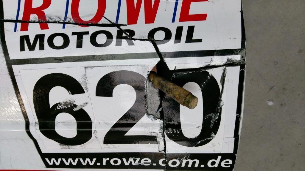 AVIA racing Renault Clio nach dem Crash. Reperatur der Kohlefaser-Tür