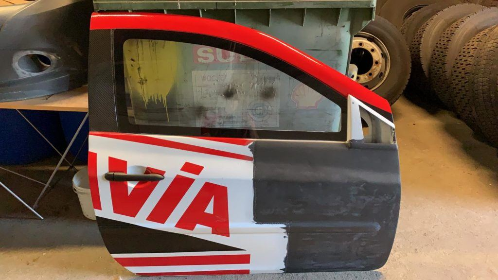 AVIA racing Renault Clio nach dem Crash. Reparatur der Kohlefaser-Tür