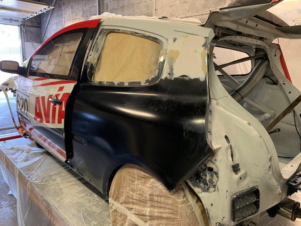 AVIA racing Renault Clio nach dem Crash. Die hintere Seitenwand wird eingepasst