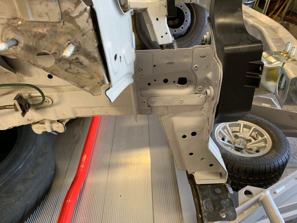 AVIA racing Renault Clio nach dem Crash. Behebung der Blechschäden, auch im Heckbereich
