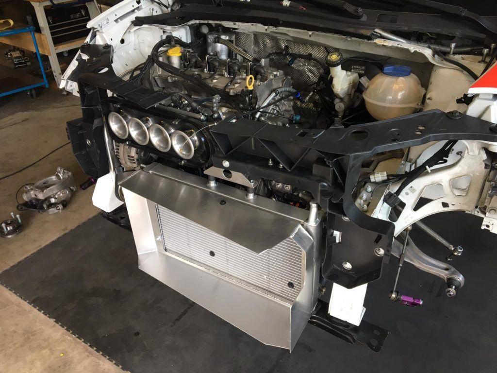 AVIA racing Renault Clio nach dem Crash. Hochzeit - Der Motor sitzt wieder an seinem Platz