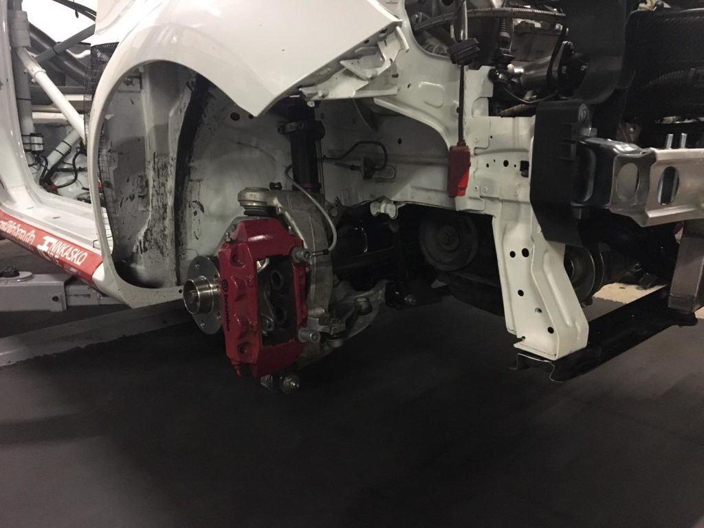 AVIA racing Renault Clio nach dem Crash. Hochzeit - Fertigstellung der Hinterachse