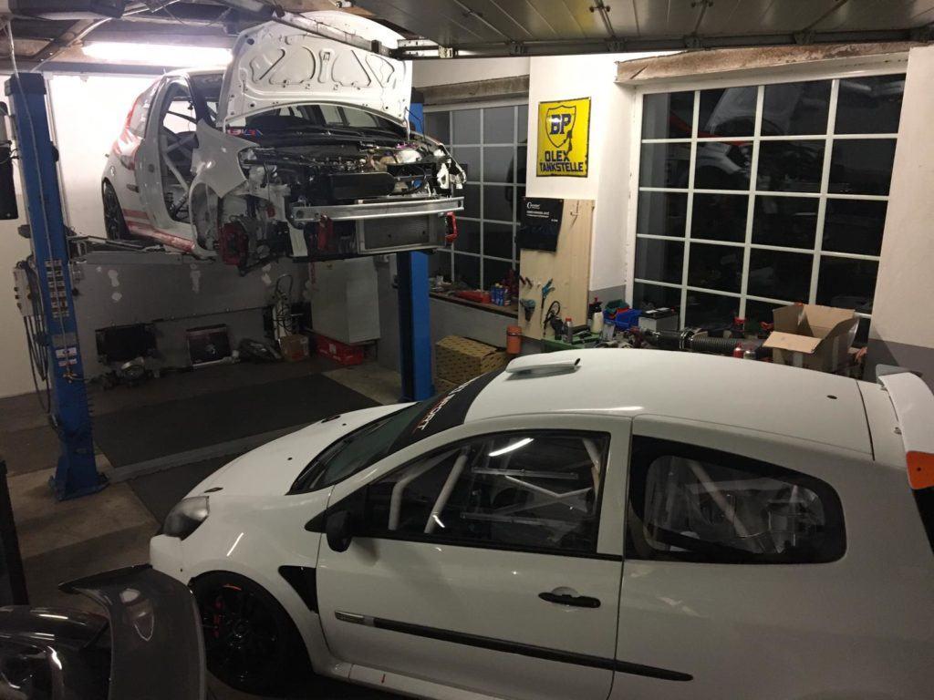 AVIA racing Renault Clio nach dem Crash. Hochzeit - Die letzten Schrauben reindrehen