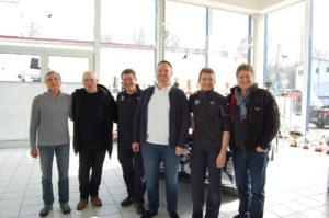 Herbert Pfeil (2.vl) zu Besuch bei Schnitzer Motorsport