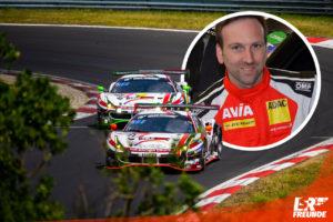 Hendrik Still Portrait mit WTM Ferraris im Hintergrund