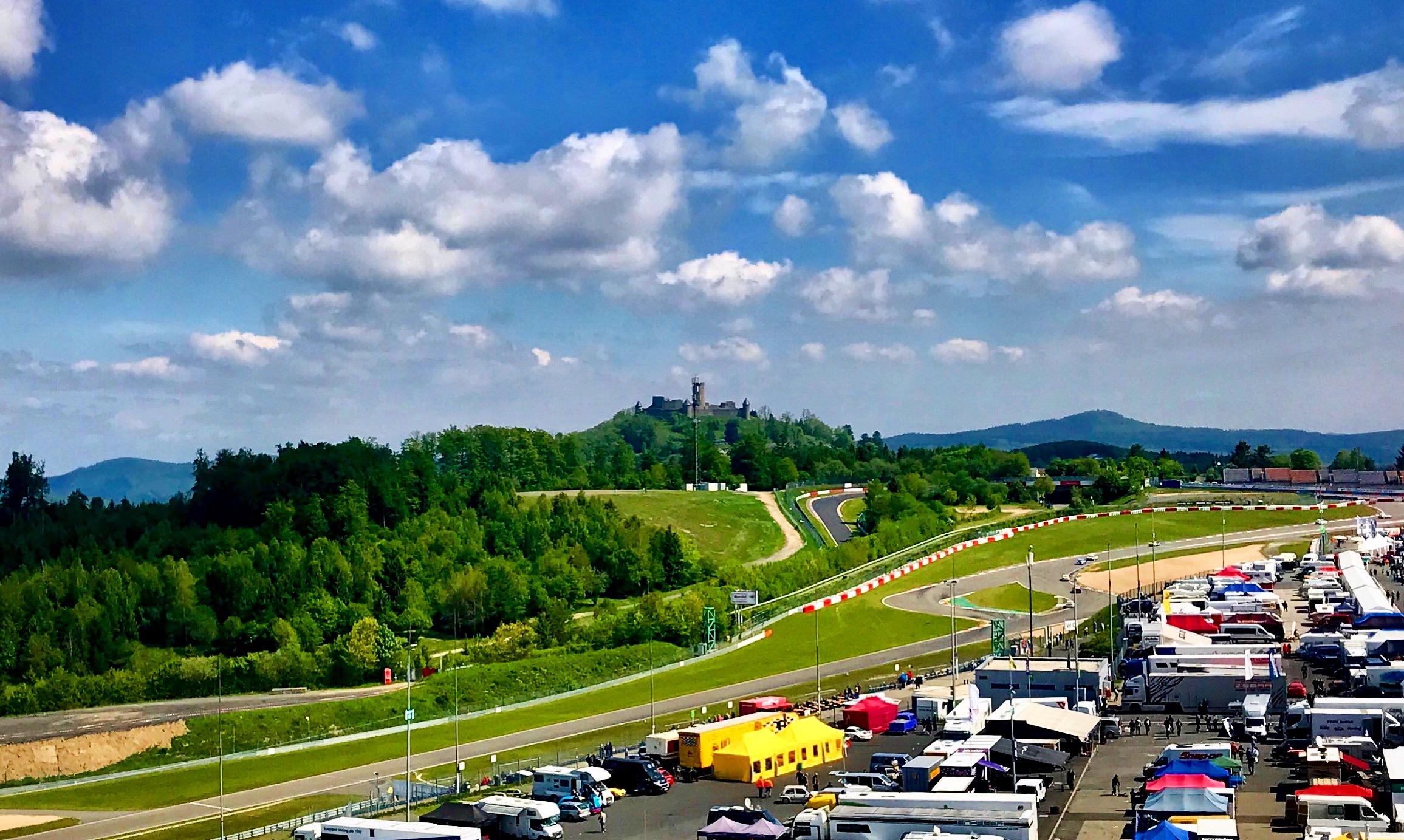Ergebnis der Sicherheitsdiskussionen in den 1970ern: Das Zusammenspiel aus Nordschleife (Hintergrund) und Grand-Prix-Strecke (Vordergrund) | Foto: Alexander Kraß