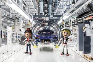 Tina Turbo (links) und Tom Targa stehen den Kindern beim Sommerferienprogramm im Porsche Museum mit Rat und Tat zur Seite.