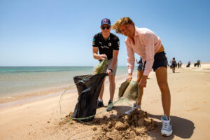 Extreme E 2021: Saudi Arabia MARCH 31: Johan Kristoffersson (SWE), Rosberg X Racing, and Nico Rosberg, founder and CEO, Rosberg X Racing, collect litter on the beach during the Saudi Arabia on March 31, 2021. (Photo by Colin McMaster / LAT Images)